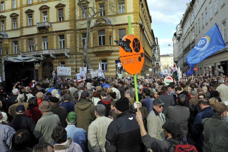"""Orbán felcsúti házánál is tüntettek a """"Korrupció Kormánya"""" ellen"""