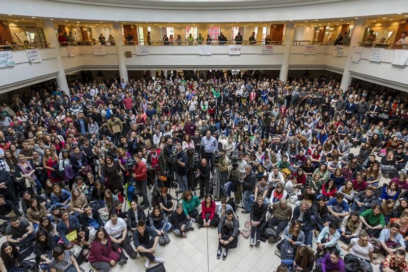 Nyertek az egyetemisták, a kormány visszavonulót fújt
