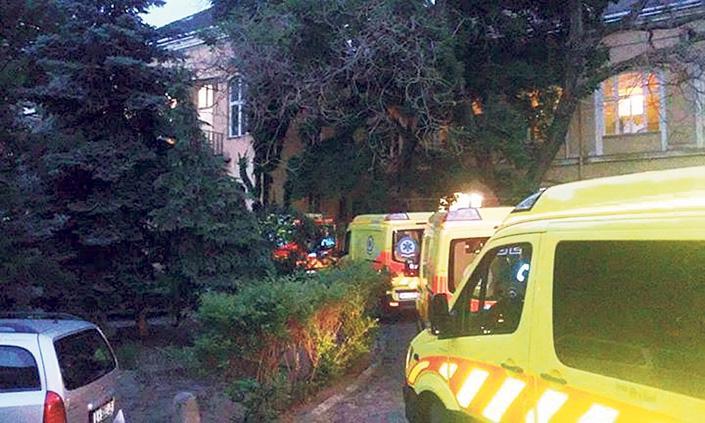 Így állnak sorba a mentők, hogy átadják a betegeket