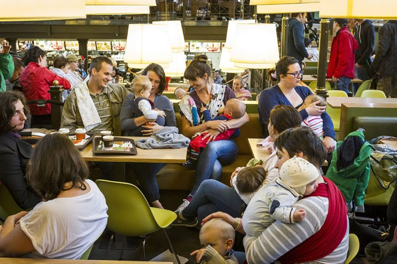 Rengeteg szoptató nő szállta meg a Nyugati téri Mekit