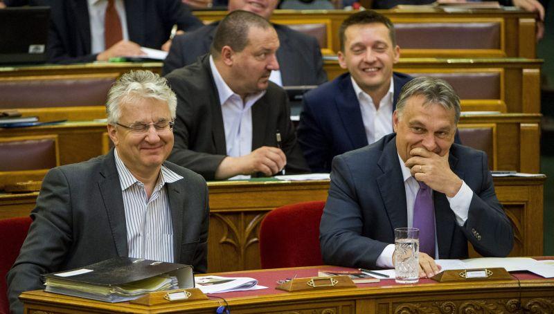 Nézzék, milyen felhőtlenül kacarászik Orbán és Semjén a parlamentben!