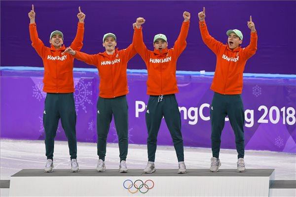 Fotók: így ünnepelte történelmi olimpiai győzelmét a magyar gyorskorcsolyaváltó