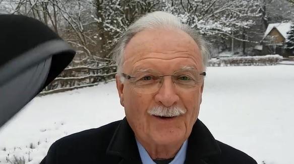 Balázs Péter kalapot emelt a gazdasági miniszter neve előtt  – videó