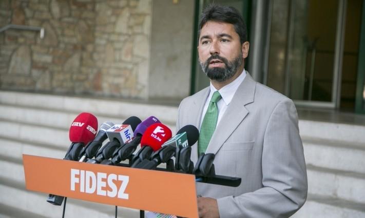 Fidesz: újabb politikai nyomásgyakorlás nehezedik Magyarországra, migránsokat kellene befogadnunk