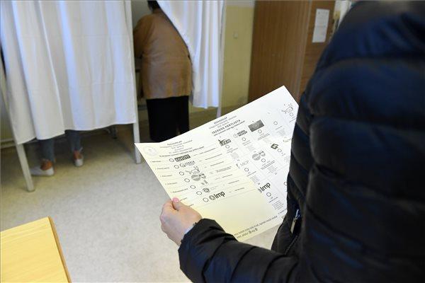 Tévedésből lehúzták nyolc szavazólapról a DK jelöltjét Komlón, de ez így marad, mert a lapok már az urnában vannak