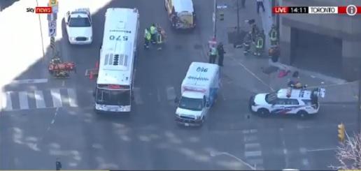 Járókelők közé hajtott egy kisbusz Torontóban, legalább kilenc ember meghalt