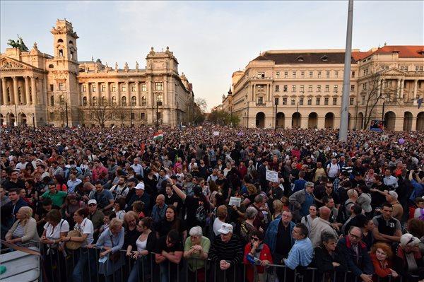 Ismét több tízezer tüntetőt várnak szombaton a Kossuth térre