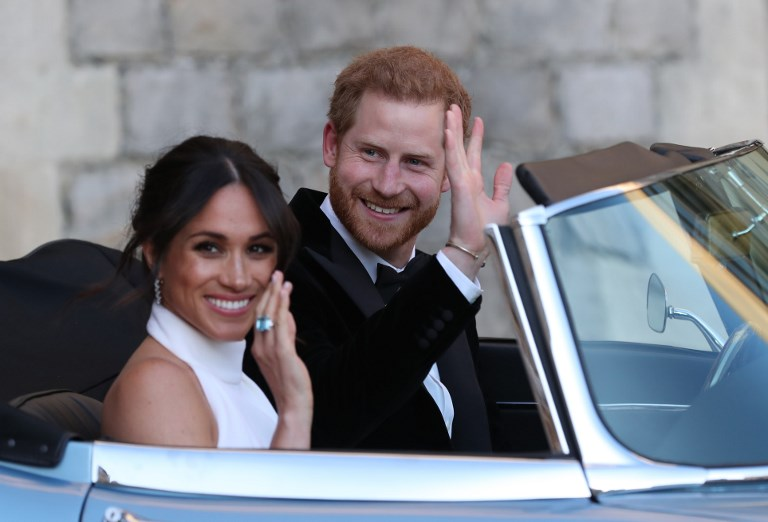 Többszázezres tömeg ünnepelte esküvőjük után Harry hercegéket