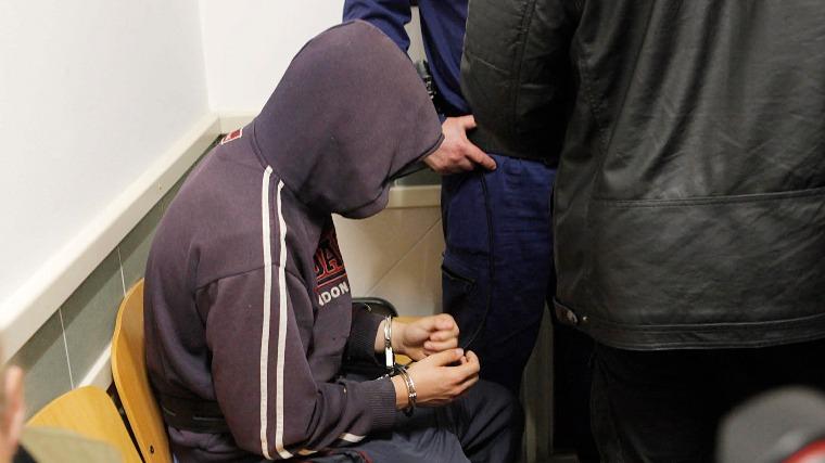 A tatabányai hajléktalanokat meggyilkoló fiú anyja ellen is vádat emeltek