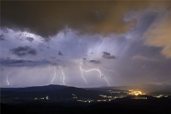 Országszerte felhőszakadásokra, heves zivatarokra figyelmeztetnek