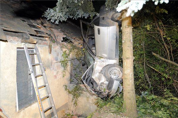 Háztetőbe csapódott egy autó a III. kerületben