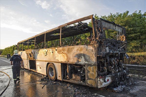 Kigyulladt egy autóbusz, teljes útlezárás az M0-s autóúton