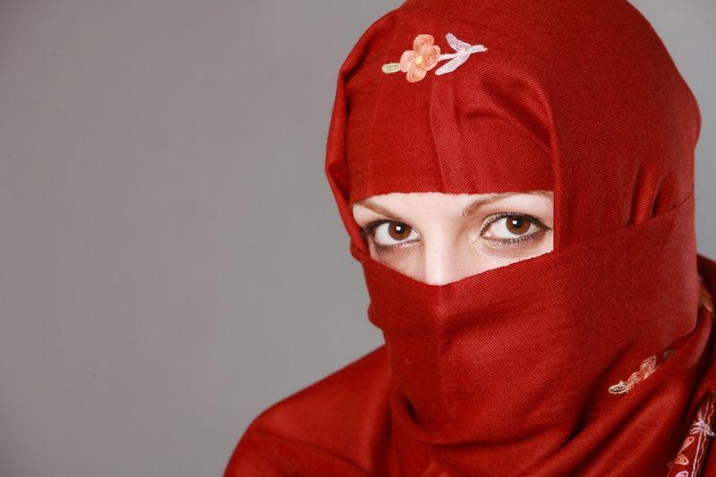 Megkéseltek egy muszlim nőt Belgiumban