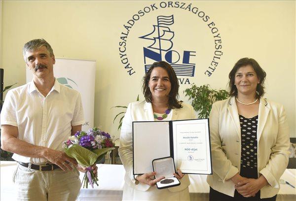 Novák Katalin kitüntetést kapott a Nagycsaládosok Egyesületétől