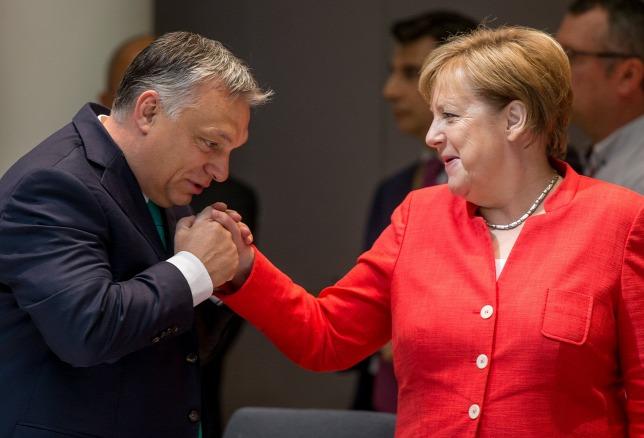 """""""Ne tévesszen meg senkit Orbán kézcsókja"""" – ezt írják a külföldi meghatározó lapok Magyarországról"""