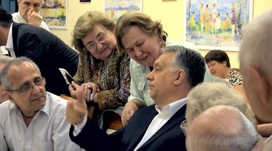Videó: Orbán egy idősek klubjában járt, és megígérte a jövő évi nyugdíjemelést és nyugdíjprémiumot