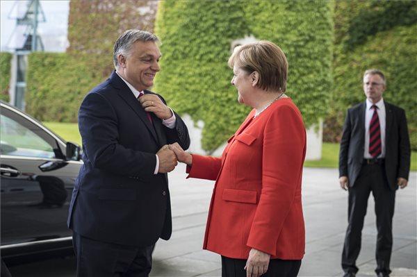Orbán Merkelnél: Magyarország óriási terhet vesz le Németország válláról