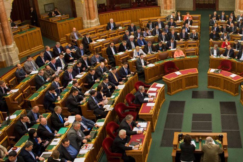 """Zseniális magyarázat a Fidesz-frakciótól: """"a parlamenti döntéshozók bére emelkedik utoljára"""""""