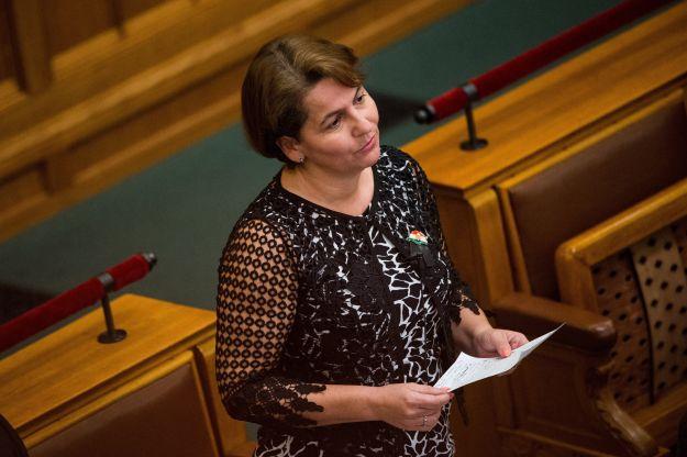 Letáborozott Orbán Viktor irodája elé egy jobbikos képviselőnő – nem hajlandó elmenni, amíg meg nem kapja, amit akar