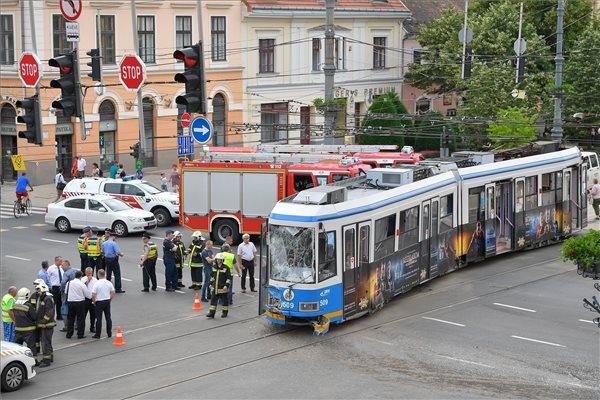 Nagy baleset történt Debrecen központjában: busszal ütközött és kisiklott a villamos, 12 ember megsérült