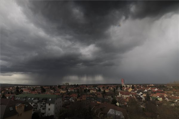 Budapestre és hat megyére adtak ki riasztást felhőszakadás veszélye miatt