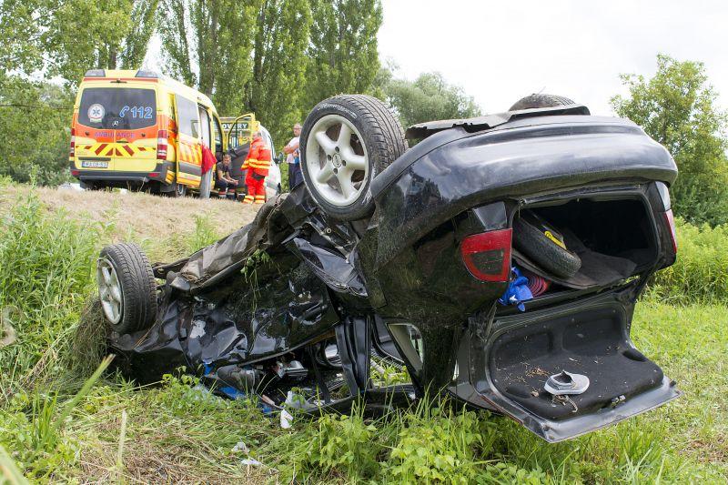 Tragédia a 82-es úton: szüléshez riasztott mentőautó karambolozott