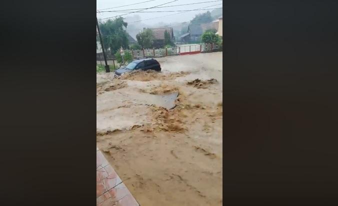 Ránk szakadt az ég, pusztító áradások és sártengerek mindenfelé – videó