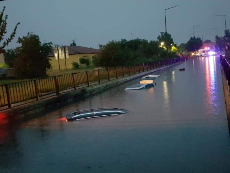 Ilyet még nem láttak a szolnokiak: ellepte az autókat a felhőszakadás utáni áradat