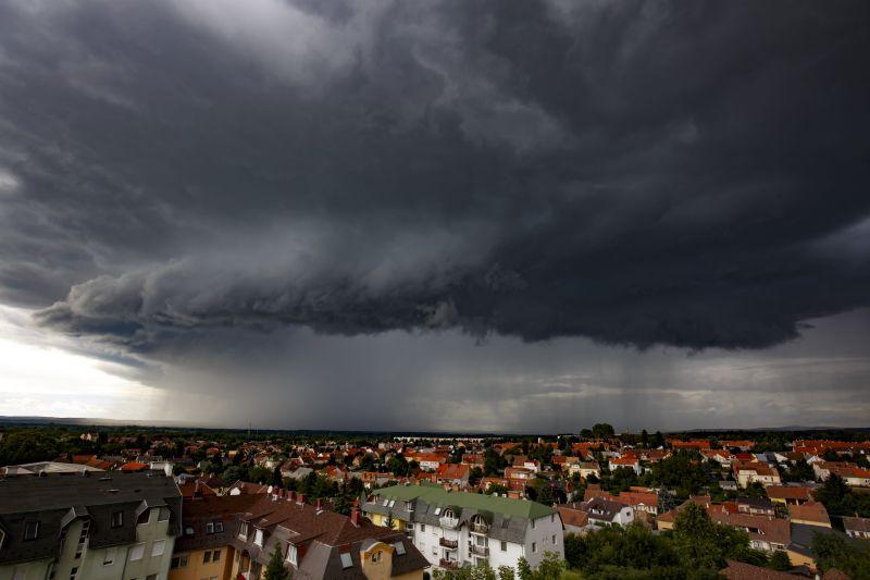 Akár 20 milliméternyi esőt is nyakunkba zúdíthatnak a zivatarok – kiadták a riasztást