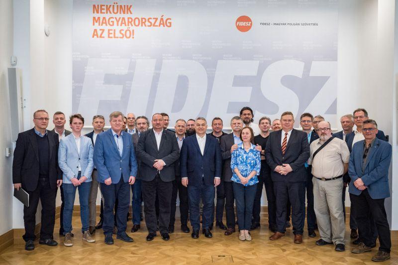 Fidesz: ha a szocialistákon múlik, akkor se ingyenes tankönyv, se ingyenes étkezés, se családi adókedvezmény nem lenne