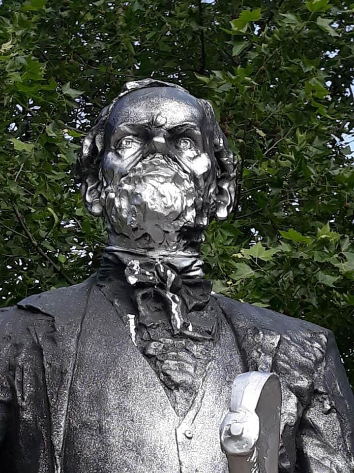 Leöntötték az újpesti Károlyi István-szobrot, elfogták a gyanúsítottakat