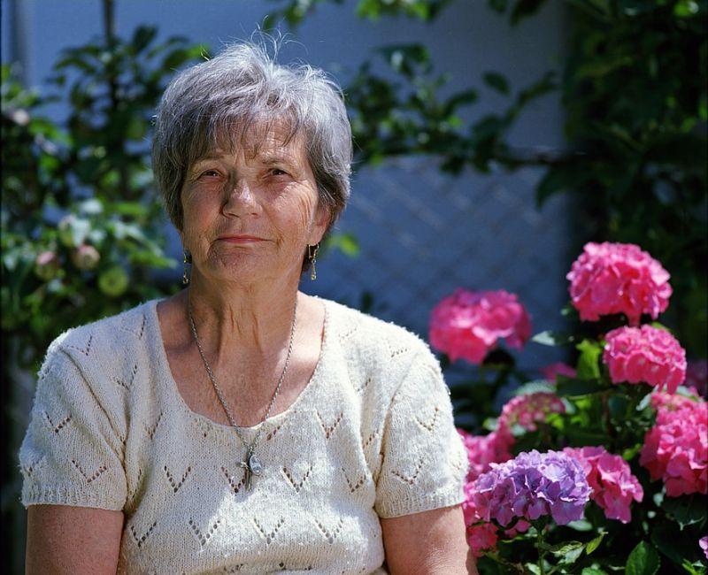 Leleplezték a közmédiát? Rezsiutalványnak örülő nyugdíjasokat kerestek a híradóba