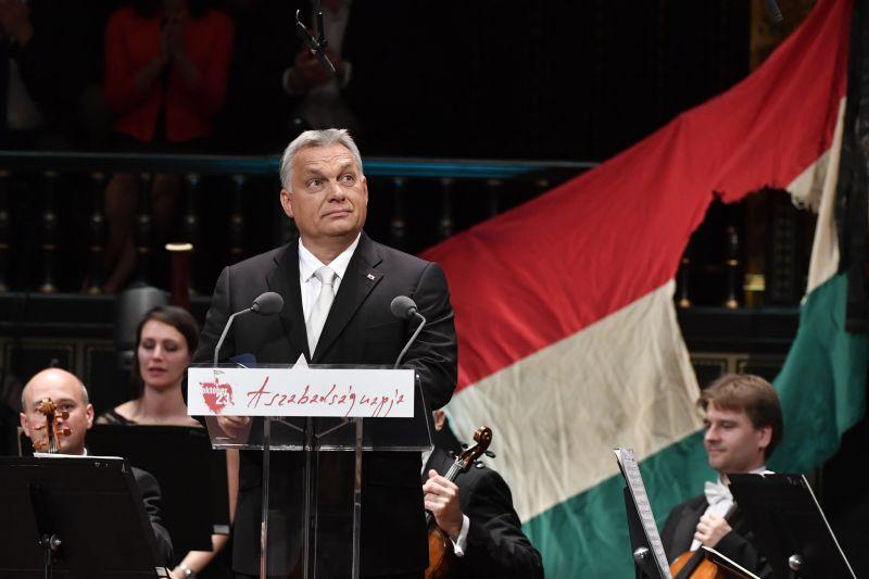 Szokatlanul foghíjas nézőtér fogadta ünnepi beszédén Orbán Viktort