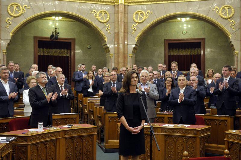 Varga Judit beült a miniszteri bársonyszékbe – itt az első fotó