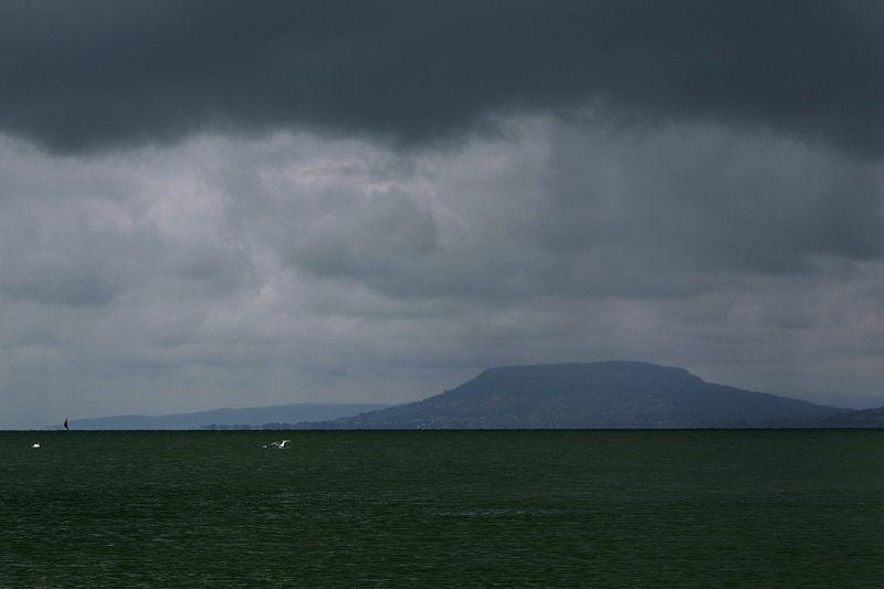 Hatalmas vihar közelít a Balaton felé, orkán csaphat le a nyaralókra