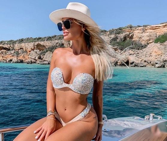 Zimány Lindáról szinte leesik a bikinifelső – szexi nyaralós képeket osztott meg