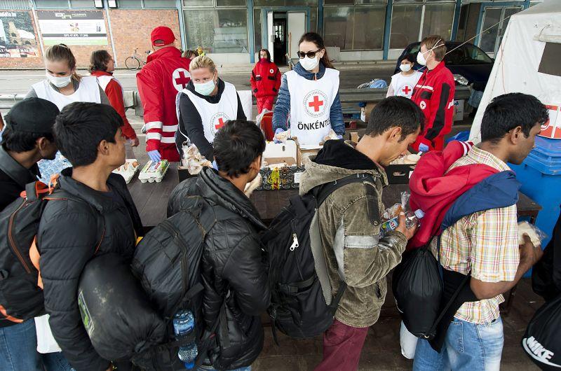 Magyarországon ragadnak a kitoloncolt menedékkérők