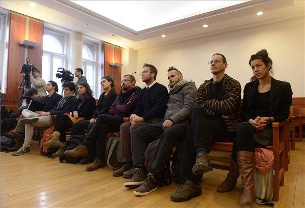Bíróság előtt a kilakoltatott családot védő aktivisták