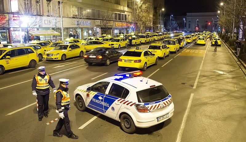 Taxisok kezdtek tüntetésbe hajnalban Budapesten