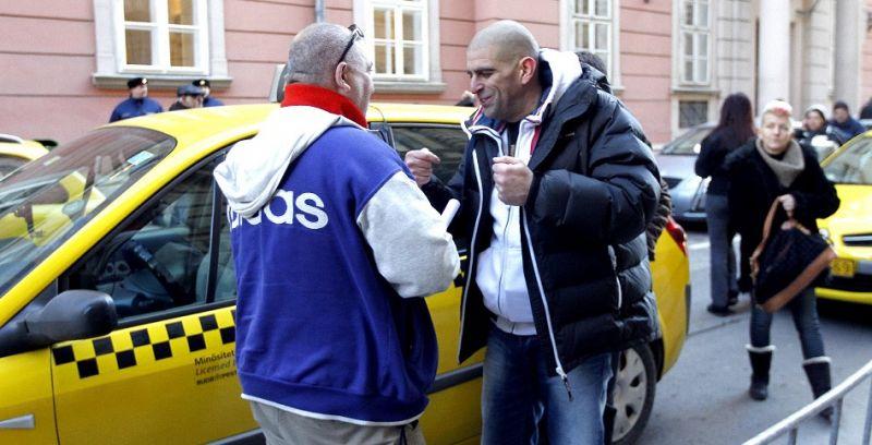 Befejezték a balhét a taxisok és visszamentek dolgozni
