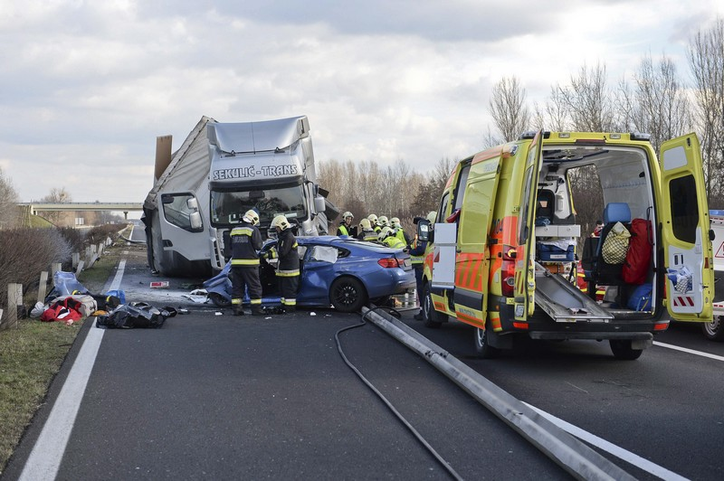 Meghalt egy ember az M1-es autópályán, miután a másik oldalról nekirepült egy kamion