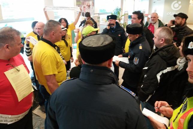Elfoglaltak egy OTP-fiókot az aktivisták