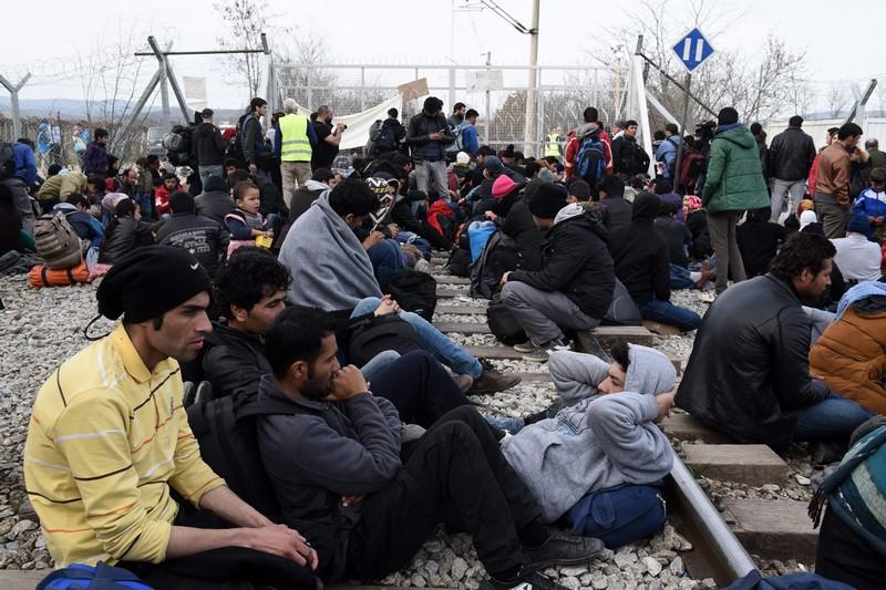 Több ezer migráns vesztegel Európa belső határainál