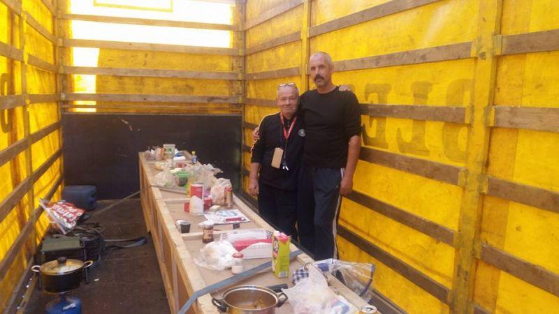 Mire képes egy főzni szerető magyar kamionos, ha már nagyon hiányzik neki a konyha?