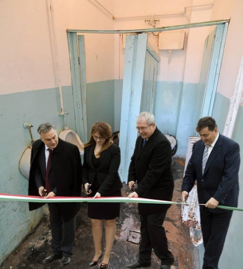 Orbán adja át a szarban úszó iskolai WC-t