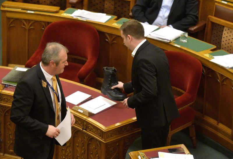Jogtipró bakancsot raktak Orbán asztalára a parlamentben