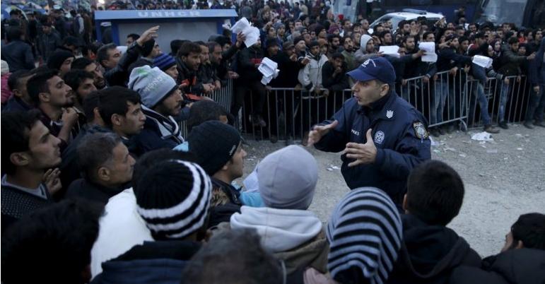 12 ezer migráns torlódott fel a macedón határon