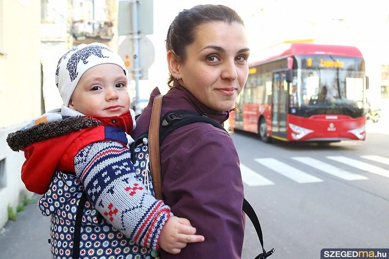 Nem engedett fel egy nőt a trolibuszra a sofőr, mert babahordozóban vitte gyermekét