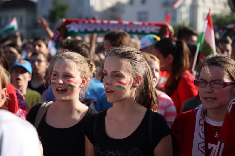 Jöhet az ünneplés, landolt a magyar válogatott gépe