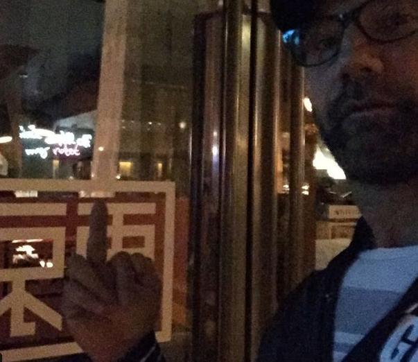 Obszcén képpel üzent egy magyar étteremnek a dühös színész